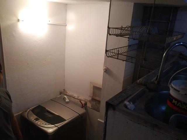Góc chứa máy giặt trước cửa nhà vệ sinh từng nhìn rất nhem nhuốc.