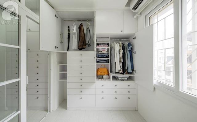 Phòng ngủ của bố mẹ với tông màu trắng tone sur tone với tổng thể.