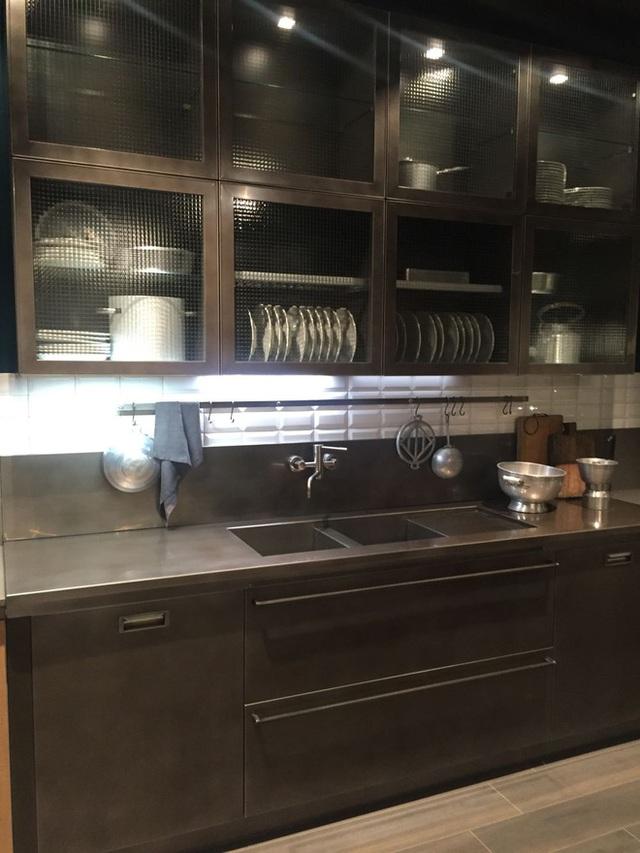 Với loại tủ bếp này, hãy chắc chắn rằng bạn có thể nhìn thấy những gì đằng sau mặt kính nhưng kết cấu của kính đôi khi đánh lừa bạn.
