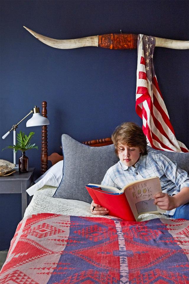 Phòng ngủ của cậu con trai được chọn màu xanh đậm làm gam màu chủ đạo.