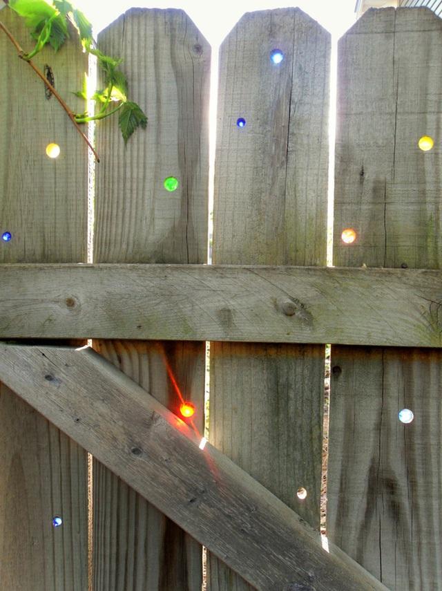 10. Làm sáng hàng rào nhà bạn bằng cách đục các lỗ nhỏ trên tấm gỗ để trông phong cách và tuyệt vời như thế này.