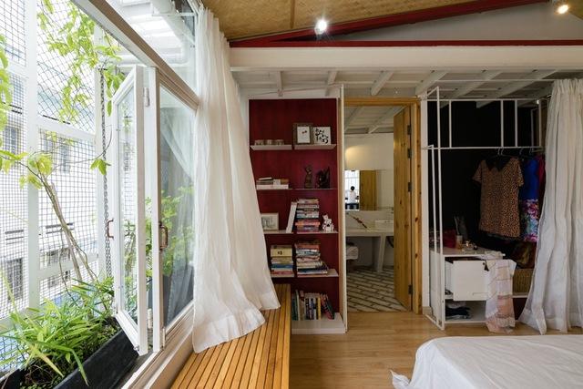Bên ô cửa sổ đặt ghế dài giúp mọi người có thêm nơi đọc sách, ngắm cảnh mỗi ngày.