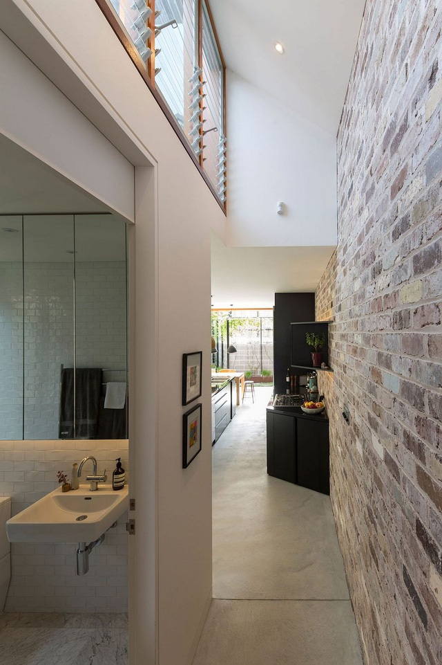 Trên hành lang cũng được bố trí những ô cửa kính tạo sự thoáng đãng cho ngôi nhà.