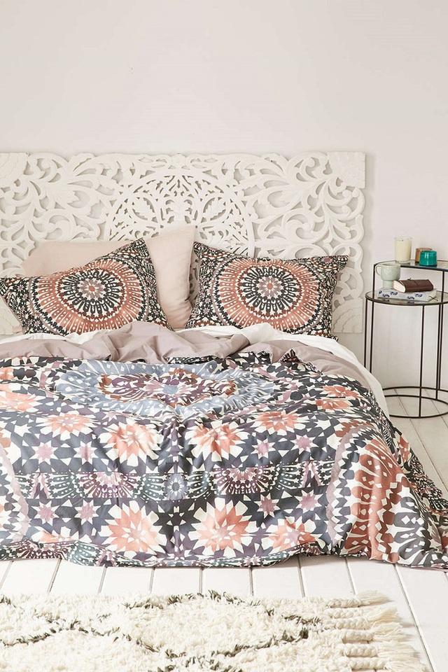 Họa tiết hoa cùng những vòng tròn cách điệu theo tông màu nude này sẽ làm ánh nhìn phòng ngủ của bạn mềm mại và ngọt ngào hơn.