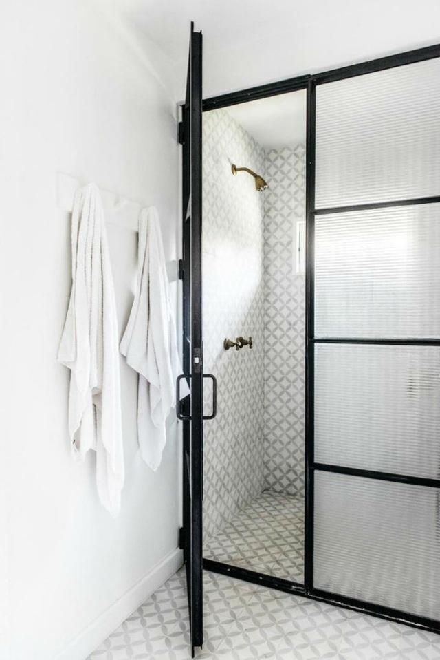 Vẻ đẹp ấn tượng, tinh tế của phòng tắm được tạo nên bởi họa tiết hoa văn mềm mại của gạch ốp tường.