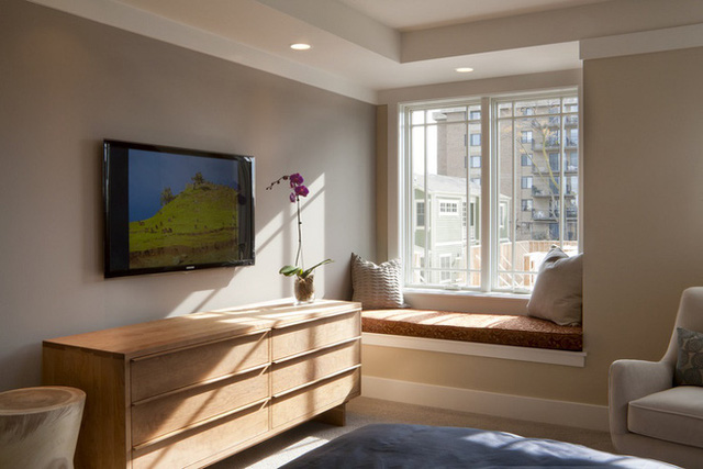 Làm tốt nhất không gian góc cạnh có thể là một thách thức trong bất kỳ phòng ốc nào, nhưng như chúng ta có thể nhìn thấy trong phòng ngủ có màu cát này, chỗ ngồi cửa sổ nhỏ gọn có thể tạo ra một không gian thoải mái trong góc của căn phòng.