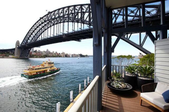 10. Ban công của một khách sạn hạng sang trên sông sở hữu tầm nhìn độc nhất vô nhị, tại đây du khách có thể hướng tầm mắt ra một loạt danh thắng nổi tiếng nước Úc như cầu cảng Sydney, nhà hát Opera, công viên Luna.