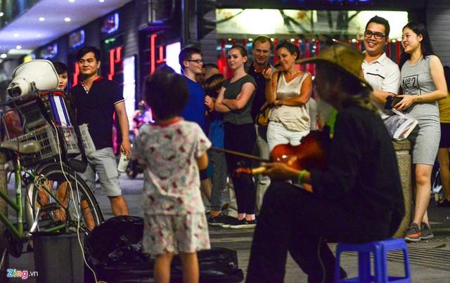 Đạo diễn Nolan cùng gia đình vui vẻ xem một em nhỏ hát trên phố đi bộ Nguyễn Huệ. Với nhiều thành công trong sự nghiệp, Christopher Nolan là một trong những nhà làm phim được ngưỡng mộ nhất tại Hollywood. Năm 015, tạp chí Time bầu chọn ông vào danh sách 100 người có ảnh hưởng lớn nhất trên thế giới.