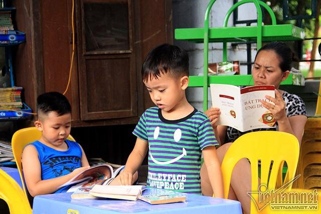 Thư viện miễn phí của bà thu hút đông đảo mọi lứa tuổi