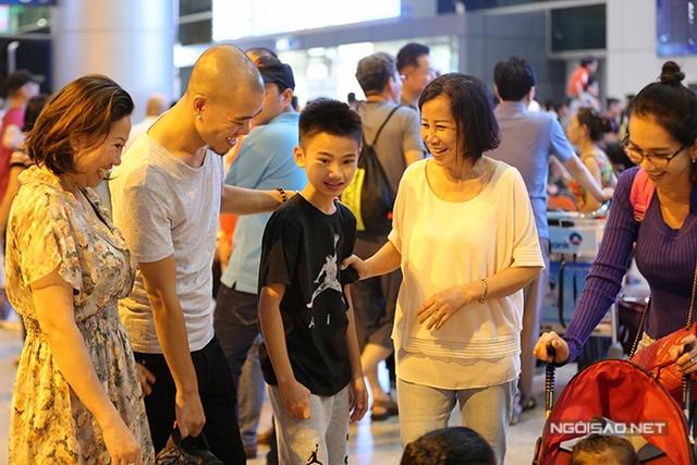 Hai dì ruột của Kim Hiền cũng ra sân bay đón ba mẹ con cô về nước.