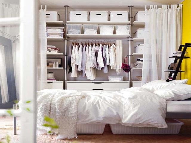 10. Nếu không gian sống của bạn không được rộng rãi, hãy thay thế những cánh cửa tủ quần áo truyền thống thành rèm kéo hoặc mành treo.
