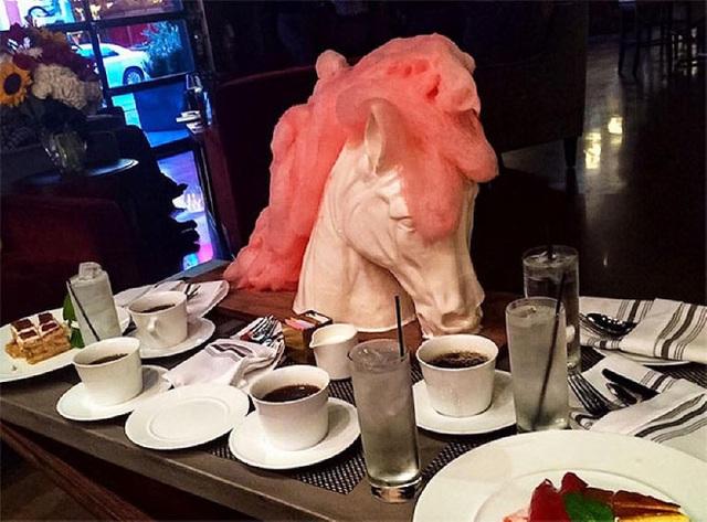 Nhìn thì tưởng nhà hàng này hào phóng phục vụ một đĩa bánh hình đầu ngựa nhưng thực tế chỉ có phần bờm của nó mới có thể ăn được thôi.