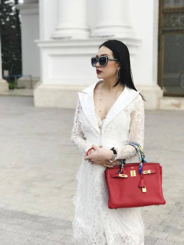 Hương Baby cũng có sở thích sưu tập đồ hiệu, đặc biệt là những chiếc túi xách đắt tiền.