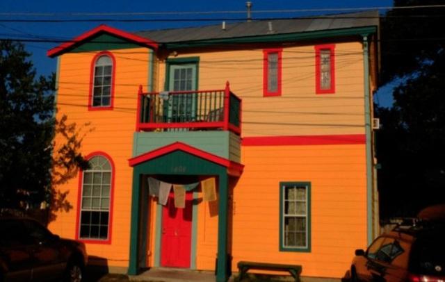 10. Khoảng diện tích mặt tiền của ngôi nhà này không chỉ nổi bật ban ngày mà trở nên ấn tượng khi đêm về bởi kết hợp màu cam với màu xanh da trời.