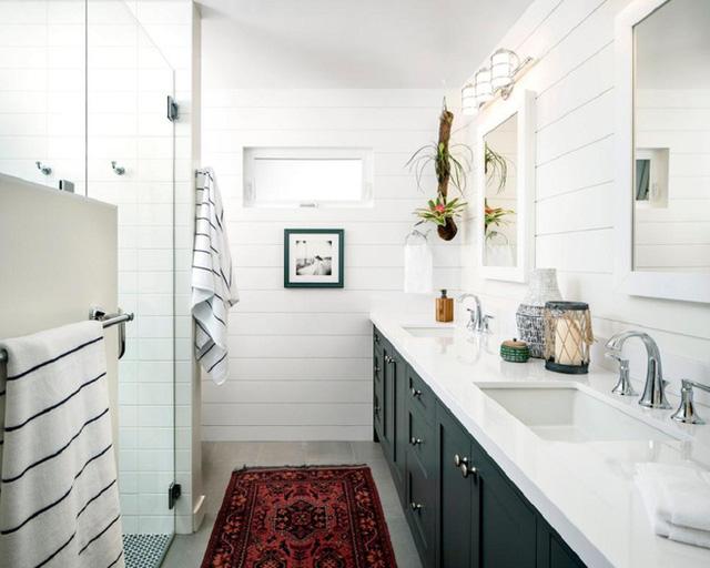 Bạn có thể sử dụng một số đồ trang trí nhỏ nếu thấy cần thiết. Thảm hay cây xanh chính là lựa chọn tốt cho không gian phòng tắm.