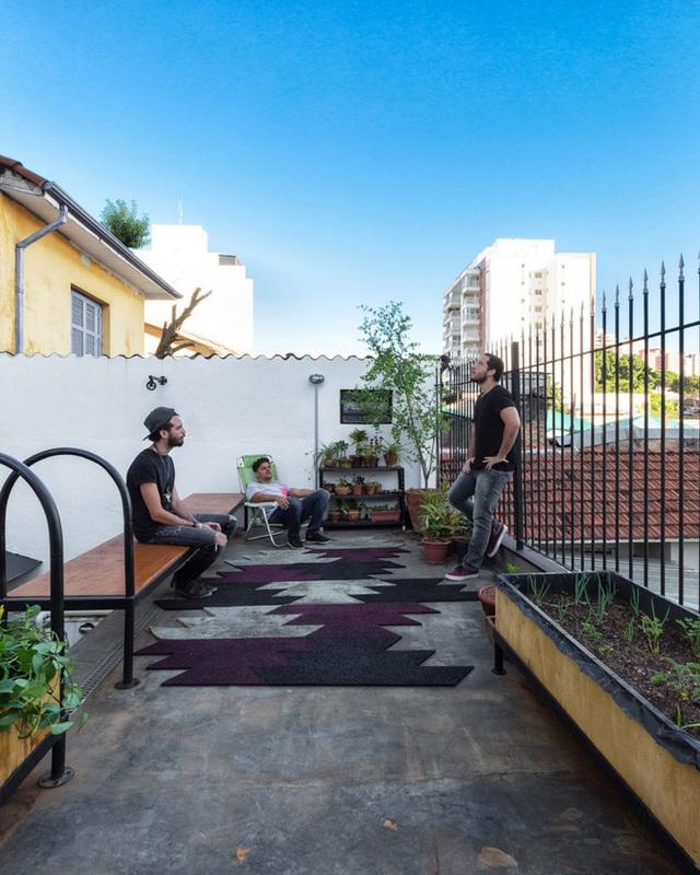 Ai bảo nhà nhỏ là không có chỗ tụ tập, cứ mang hết lên sân thượng thế này, vừa có không gian rộng rãi, vừa có cây xanh, thú vị còn gì bằng.