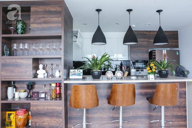 Khu bếp được ngăn cách với khu vực tiếp khách và phòng ăn bởi hệ kệ, bàn bar thiết kế đẹp mắt.