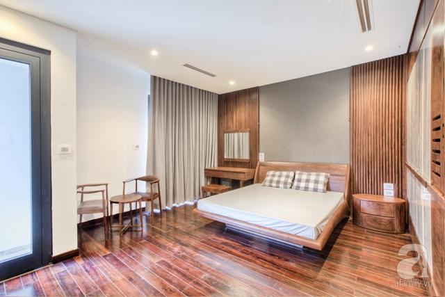 Phòng ngủ chính của chú Tuất sử dụng chất liệu gỗ óc chó tự nhiên.