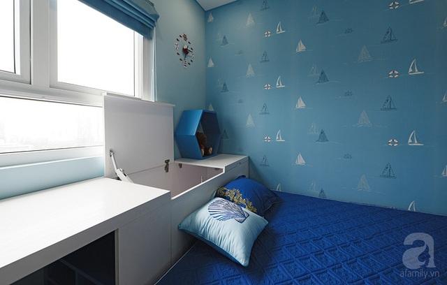 Phần đầu giường vừa là kệ đồ, vừa là bàn học, vừa giúp bé có chỗ chơi, nhìn ra bên ngoài.