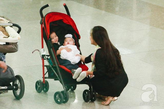 Em bé thứ hai của Vy Oanh dù chưa được 3 tháng mà bay từ Mỹ về rất khoẻ mạnh lại còn cười khach khách, và quan sát nhiều vì mọi thứ đều lạ lẫm.