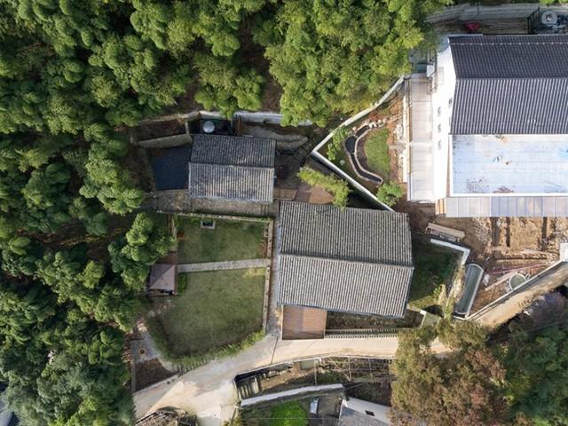 Mái nhà được lợp trải dài qua cả bức tường cũ, giúp tránh việc xói mòn mỗi khi trời mưa, đảm bảo tường gạch đất cũ không bị đổ.