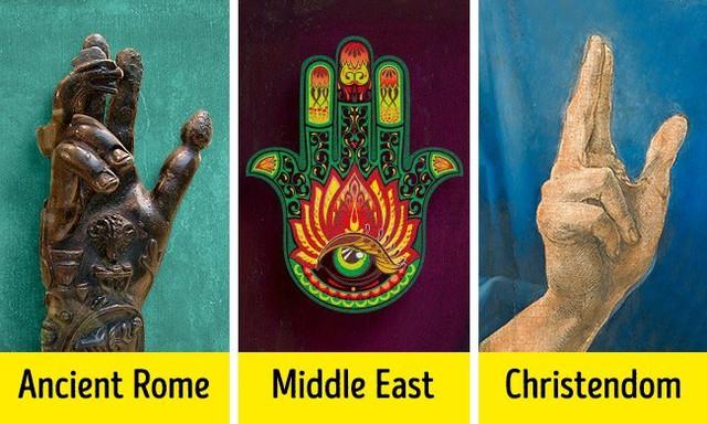 Có nhiều khả năng, có một mối liên hệ giữa bàn tay Hamsa và loại bùa cổ mano pantea, được tìm thấy ở Rome và Ai Cập cổ đại. Biểu tượng này sau đó xuất hiện trong Kitô giáo. Nó đã được biến đổi thành một biểu tượng của phước lành và dấu hiệu chúc phúc.