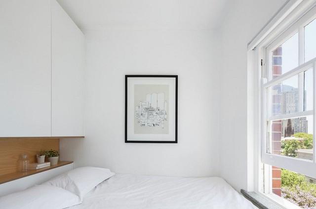Mọi đồ vât trang trí chỉ là vừa đủ, như bức tranh treo tường, chậu cây cảnh nhỏ. Một cửa sổ lớn đối diện trực tiếp với giường ngủ mang ánh sáng và không khí tươi mới cho không gian.