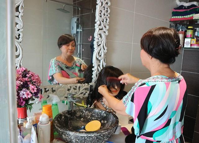 Là diễn viên thường xuyên hoá thân nhiều nhân vật, Hải Lý trang bị sẵn bộ tóc giả khi cần sử dụng cho thuận tiện.