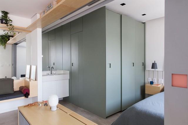 Các không gian trong nhà được sơn tách màu nhau để tạo sự đa dạng cho không gian cũng như giúp các khối chức năng không bị hòa trộn trong không gian hẹp.