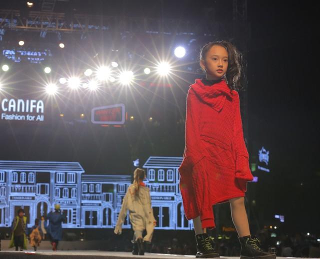 Không cầu kỳ trong cách ăn mặc cho trẻ em, Canifa lựa chọn cho các bé những trang phục thoải mái, ấm áp nhưng vẫn mang chất phóng khoáng, hiện đại.
