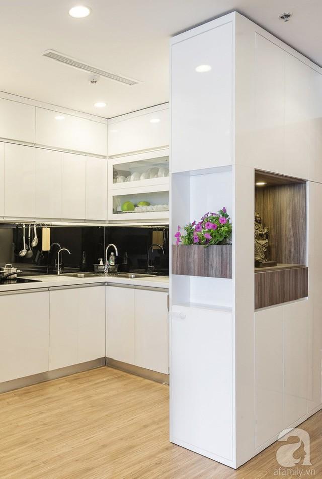 Không gian bếp được bố trí ở phần góc của căn hộ. Mọi chi tiết đều được tối giản hóa. Chủ nhân của ngôi nhà mong muốn mọi đồ đạc, vật dụng được giấu kín bên trong những hộc tủ. Việc dọn dẹp cũng dễ dàng hơn khi phân chia từng chức năng của đồ dùng bên trong tủ.
