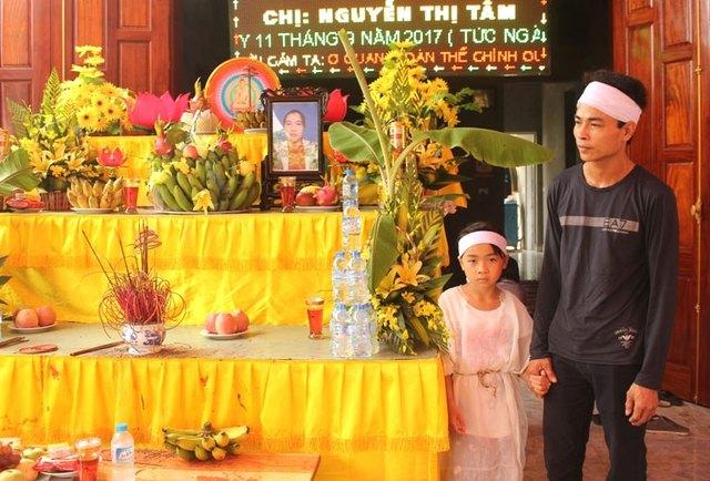 Bố con anh Hùng lặng người bên bàn thờ của vợ. Ảnh: Đức Tùy.