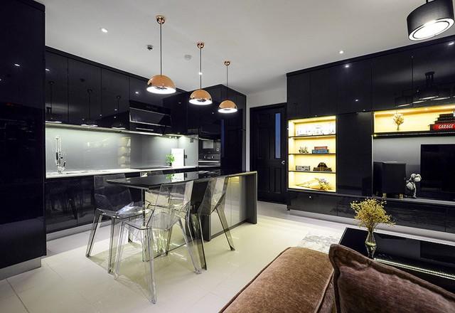Căn hộ của Lương Bằng Quang rộng hơn 100 m2, với 1 phòng khách thông với nhà bếp và hai phòng ngủ. Vốn hoạt động sáng tác nên anh dành hẳn 1 không gian riêng thiết kế studio với các trang thiết bị hiện đại.