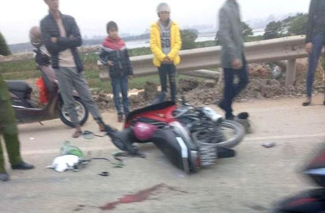 Sau cú va chạm, nam thanh niên bị thương nặng, còn tài xế xe container bỏ chạy. Ảnh: (Bạn đọc cung cấp)