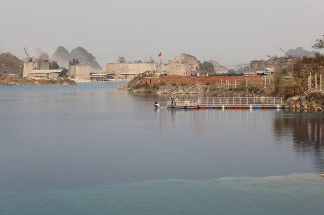 Nước hồ có màu xanh lạ nhiều khả năng chứa hóa chất độc hại nên không được chủ quan