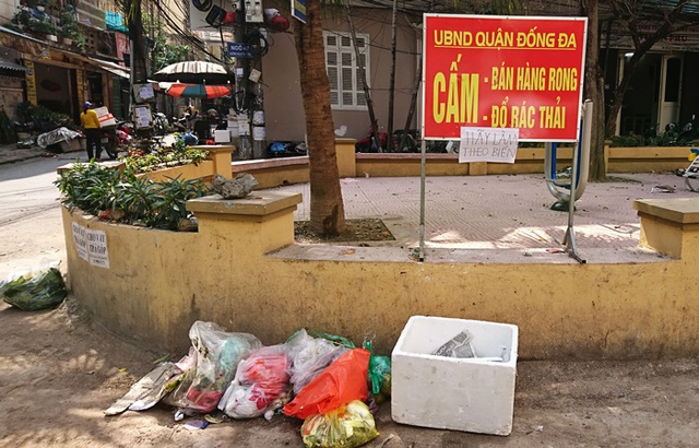 Bất chấp biển cấm. Ảnh: T.Nguyễn