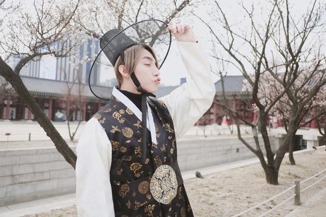 Sơn Tùng M-TP được các fan nhận xét trông như tài tử mới bước ra từ một bộ phim truyền hình Hàn Quốc.