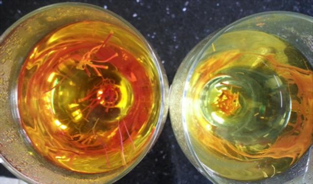Pha vào nước và quan sát màu sắc là những cách để phân biệt saffron thật hay giả
