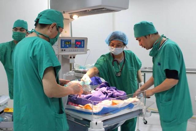 Bé gái sơ sinh đang được các bác sĩ chăm sóc đặc biệt. Ảnh: Đ.Tuỳ