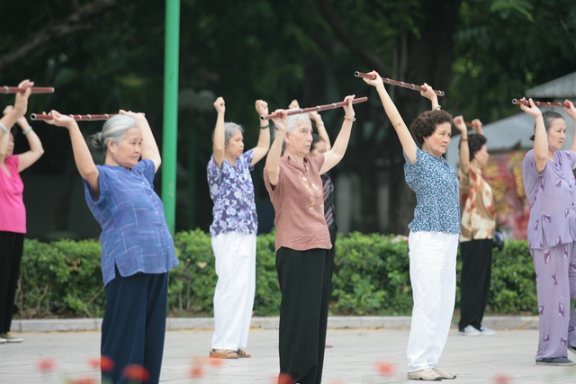 Người già, cơ thể chậm thích nghi từ tĩnh sang động nên tập thể dục sau 8 giờ sáng. Ảnh: Chí Cường