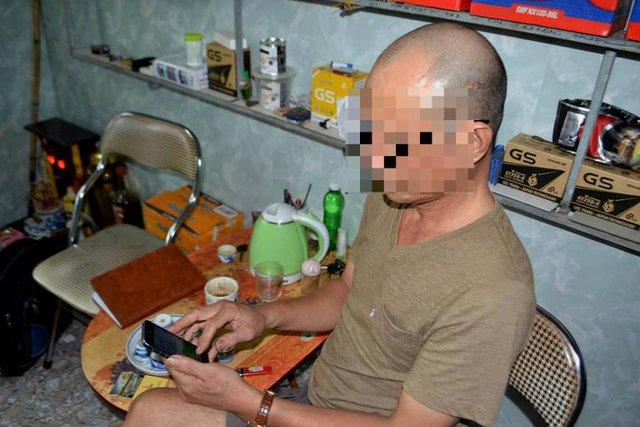 Ông T. cho PV Báo Gia đình & Xã hội xem những tin nhắn anh S. gửi về. Ảnh: Đ.Tuỳ