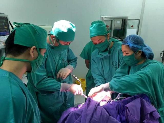 Kíp mổ của Bệnh viện Sản Nhi tỉnh Quảng Ninh cứu sống bé gái 3 tuổi bị lún xương sọ. Ảnh: T.Thiêm
