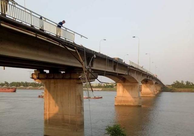 ' Thành cầu Bình bị xe ben đâp gãy và chiếc xe lao xuống sông chìm lỉm. Ảnh: Bạn đọc cung cấp '