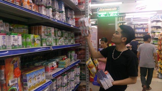 Đứng giữa ma trận các loại sữa, người tiêu dùng không thể phân biệt được đâu là sữa tươi và sữa hoàn nguyên.