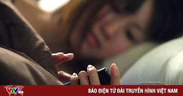 Thức khuya dùng điện thoại có gây ung thư vú?