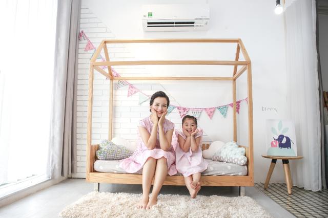 Minh Trang tạo dáng dễ thương bên con gái lớn Daisy.