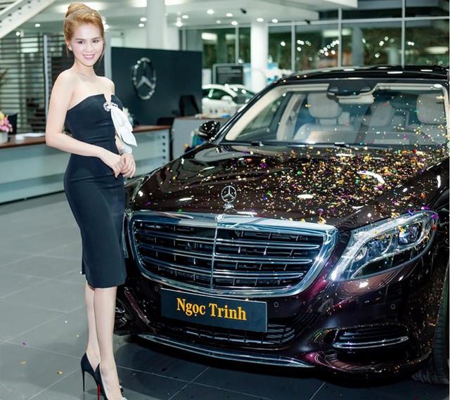 Ngọc Trinh mặc gợi cảm trong ngày nhận xe mới.
