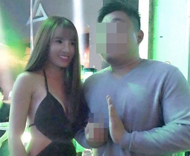 Hình ảnh em gái Công Vinh hát ở một quán bar tại Singapore. Khánh Chi còn vướng vào tin đồn giật chồng. Ảnh: FB.