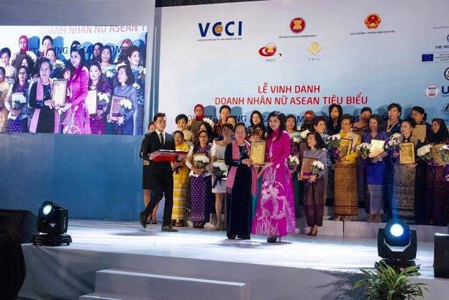 Doanh nhân Lê Hồng Thủy Tiên được vinh danh Doanh nhân nữ ASEAN lần 2 từ Phó chủ tịch nước Nguyễn Thị Doan