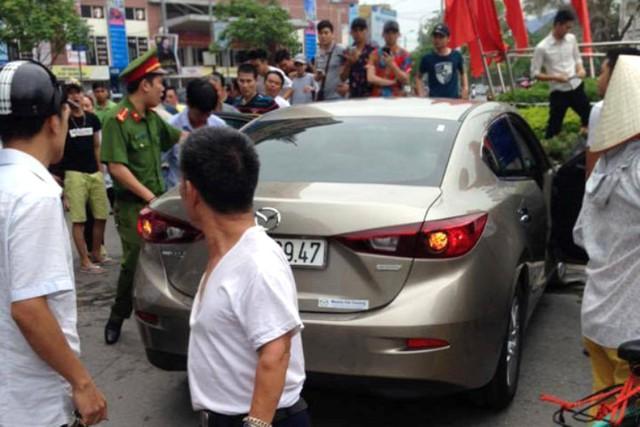 Chiếc xe hiệu Mazda gây tai nạn liên hoàn. Ảnh: Bạn đọc cung cấp